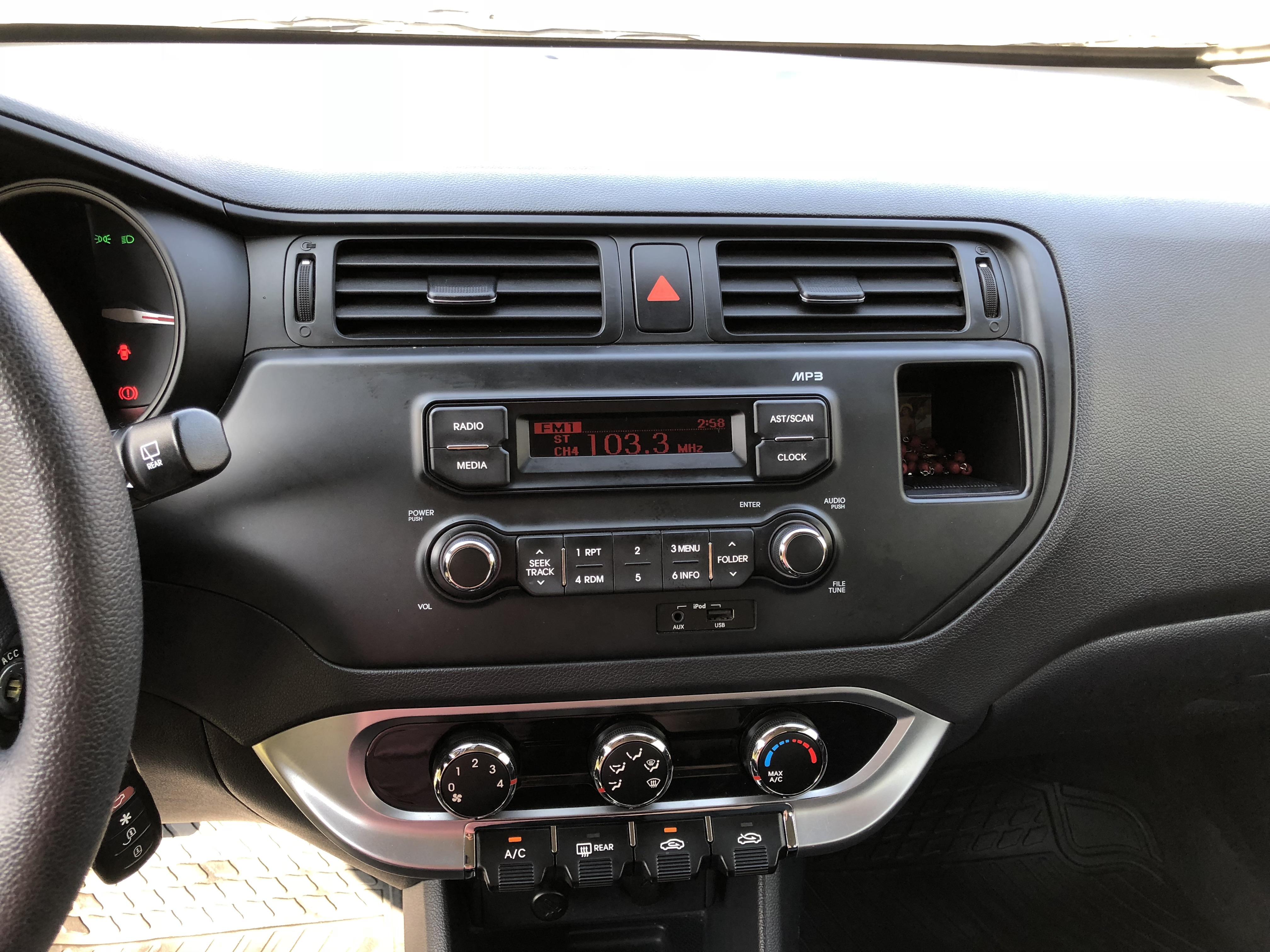 Kia Rio 5 UB EX 1.4L 6MT DAB ABS AC año 2013